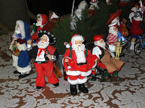 table decoration of Santas